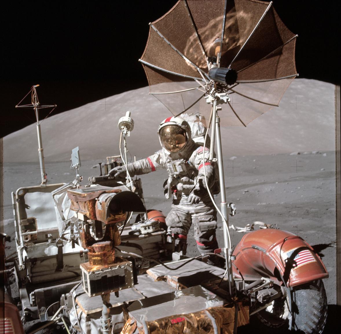 Az Apollo-17 parancsnoka, Eugene Cernan a leparkolt holdjáró mellett. A képet több helyen is érdemes tüzetesebben megnézni. A bal sarokban látszik, ahogy a hátsó kerék sárvédője megtört és térképeket odaragasztva küszöbölték ki a csorbát az űrhajósok. Cernan ruhája valamennyire beszürkült a Hold felszínéről ráragadt portól, többek között ezért is volt fontos része a holdjárónak sárhányó: a fehér ruhára rakódó sötét por rontotta a hőálló képességeit a szkafandernek, ezzel veszélyeztetve az asztronauták életét. A harmadik érdekesség ami jól megfigyelhető a képen, az a titánhálóból készült kerék.