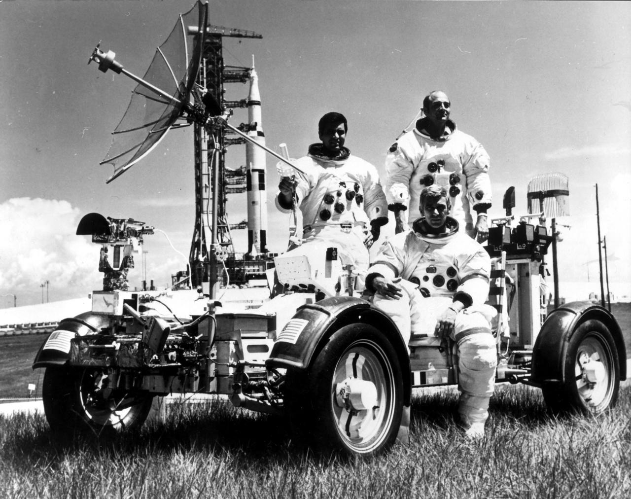 Az Apollo-17 csapata, Harrison Schmitt, Eugene Cernan és Ronald Evans a Kennedy Űrközpontban 1972-ben. Mögöttük a Saturn V hordozórakéta, előtérben pedig a kiképzésükhöz használt holdjáró földi változata látható. Érdemes pillantást vetni a kerekekre. Mivel az űrben nem használhattak a nyomás és a hőmérséklet szélsőségessége miatt gumikerekeket, egy speciális titánhálóból készítették az abroncsokat, amit a magyar származású Pavlics Ferenc mérnök vezette tervezőcsapat készített.