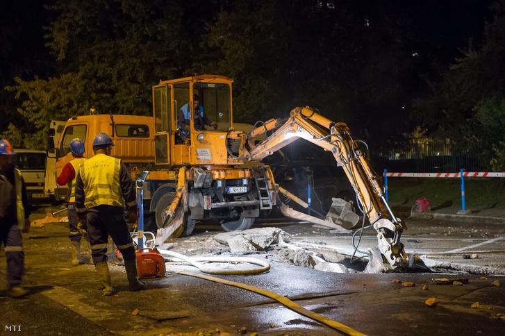 Munkagép a III. kerületi Perc utcában, ahol eltört egy 400 milliméteres víznyomócső a Lajos utca és a Perc utca kereszteződésénél 2016. október 11-én