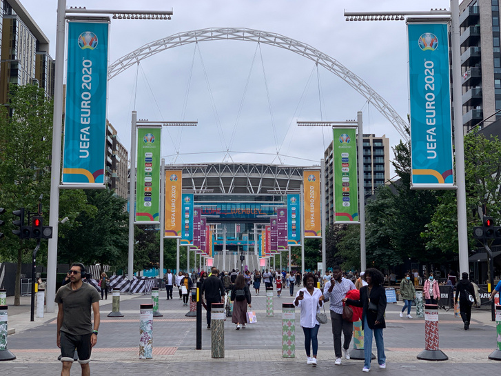 Szurkolók a Wembley Stadionnál egy nappal az Eb-döntő előtt