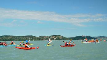 Balaton-átevezés ragyogó időben, 4300 versenyzővel