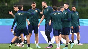 Az olasz válogatott szállása előtt tűzijátékoztak az angolok