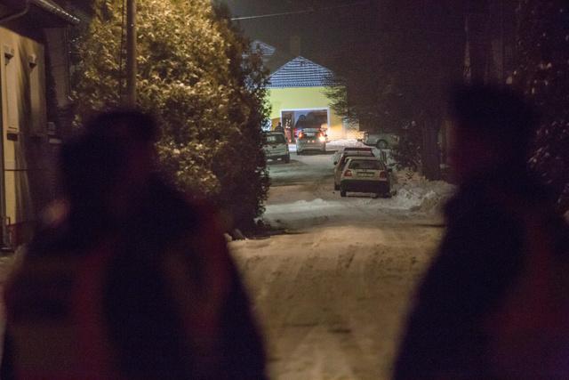 Rendőrök helyszínelnek Csepregen a Bartók Béla utcában