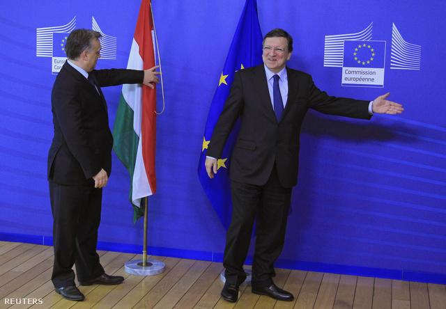 Orbán Viktor igazgatja a magyar zászlót Brüsszelben