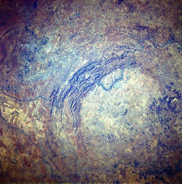 Műholdkép a Vredefort-kráterről. Jól látni a dupla perem ívét az északnyugati részen.