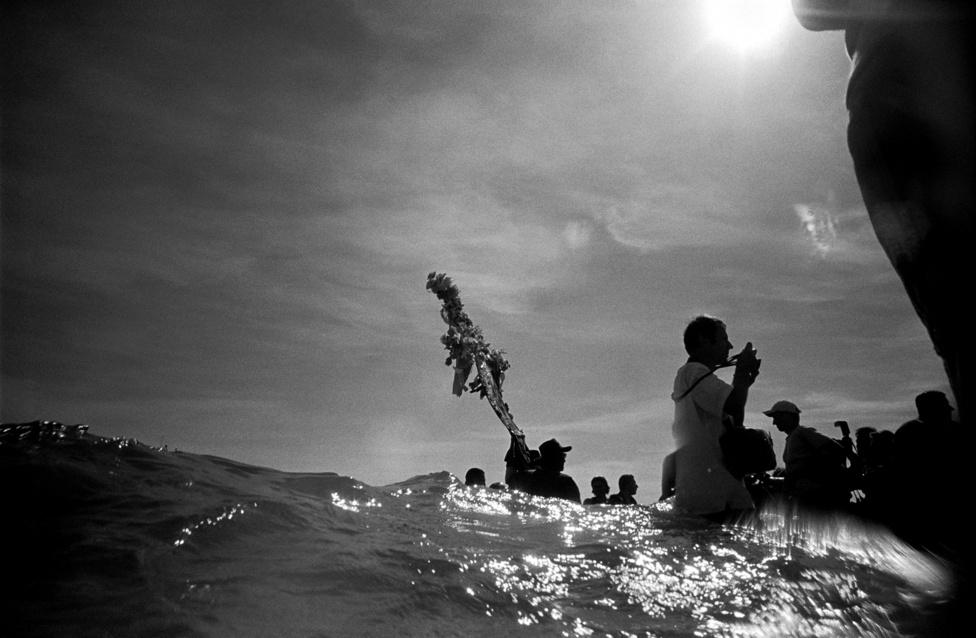 A menet lassan a vízbe gázol, hogy odanyújtsa hitét a tengernek,                         amely hullámaival lemossa a zarándoklat és az elmúlt év                         minden baját. A közös átlényegülésben Fekete Sára megtisztít.