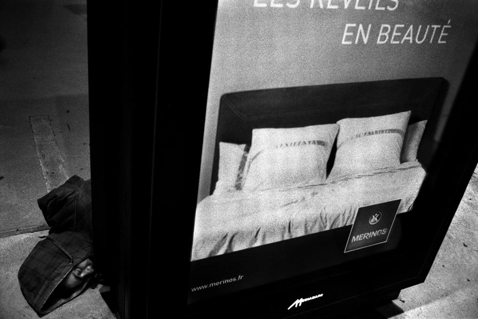 A pályaudvarra behúzódnak a hideg, vagy rossz időjárás elől                         Párizs éjszakáján.