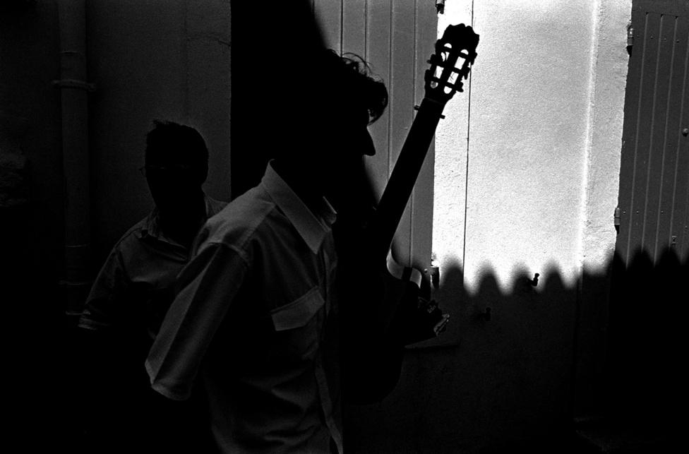 Az imádság egyszerű és közös, a dal viszont százszorszép:                         a mindig úton lévő és minden kultúrából merítő cigányság                         különféle zenei hagyományai találkoznak itt, a balkáni rezes                         bandától kezdve a spanyol cigányok pergő-fájdalmas zenéjéig, a                         flamencóig.