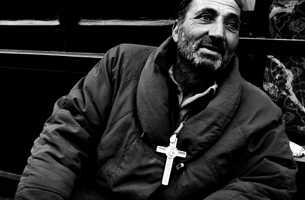 Párizs egyik utcáján koldul egy bulgár roma férfi.