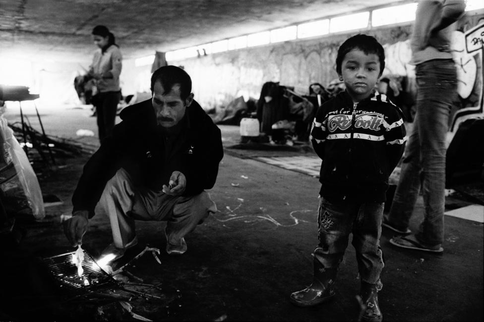 Illegális roma telepek felszámolása előtt egy roma család Párizs                         külvárosában Chateau de Vincennesban, egy aluljáróban.