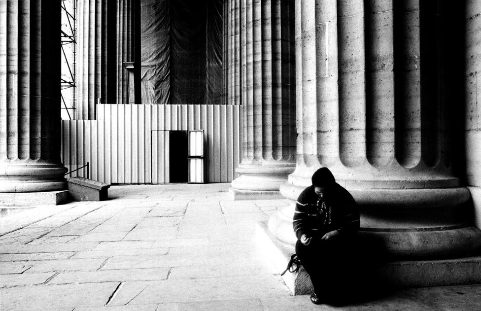 Saint-Sulpice templom előtt kolduló roma nő Párizsban.