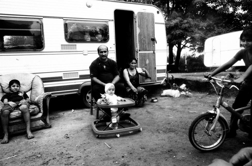 Lakókocsiban élő roma család Párizs külvárosában Massy-ban.