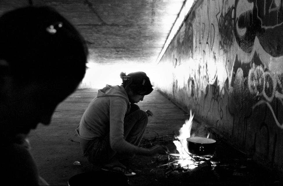 Roma gyerekek tüzet raknak egy aluljáróban Párizsban, hogy                         ételt melegítsenek.
