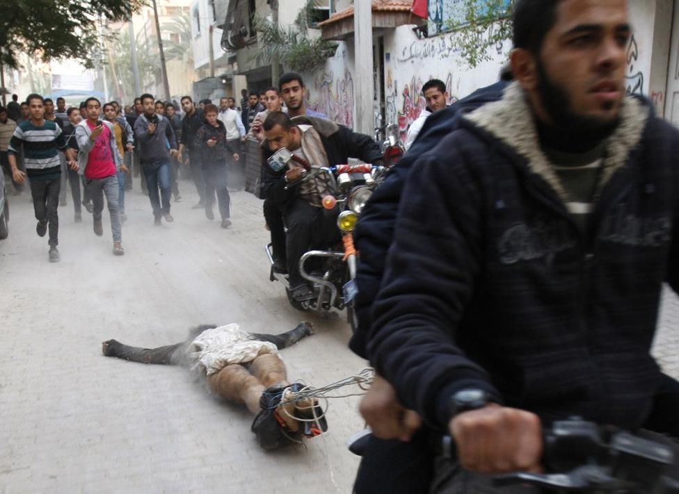 Rendkívüli hírek, egyedi - Harmadik hely Palesztin fegyveresek egy foglyot húznak végig a városon, a férfit izraeli kémkedéssel vádolták.