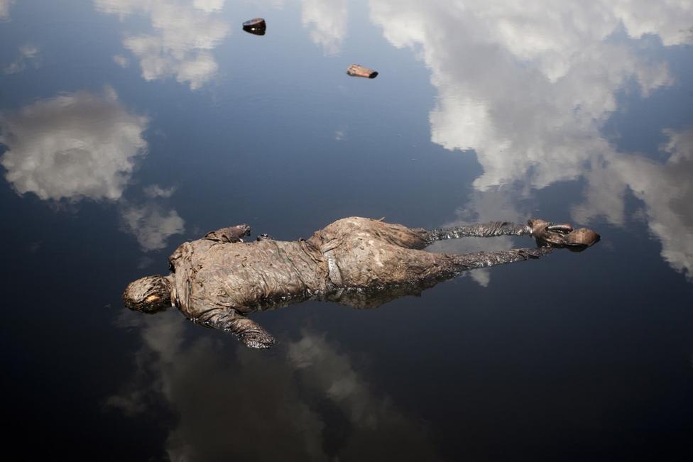 Hír kategória, egyedi - Harmadik hely A szudáni hadsereg katonája fekszik holtan az olajban egy összecsapás után.