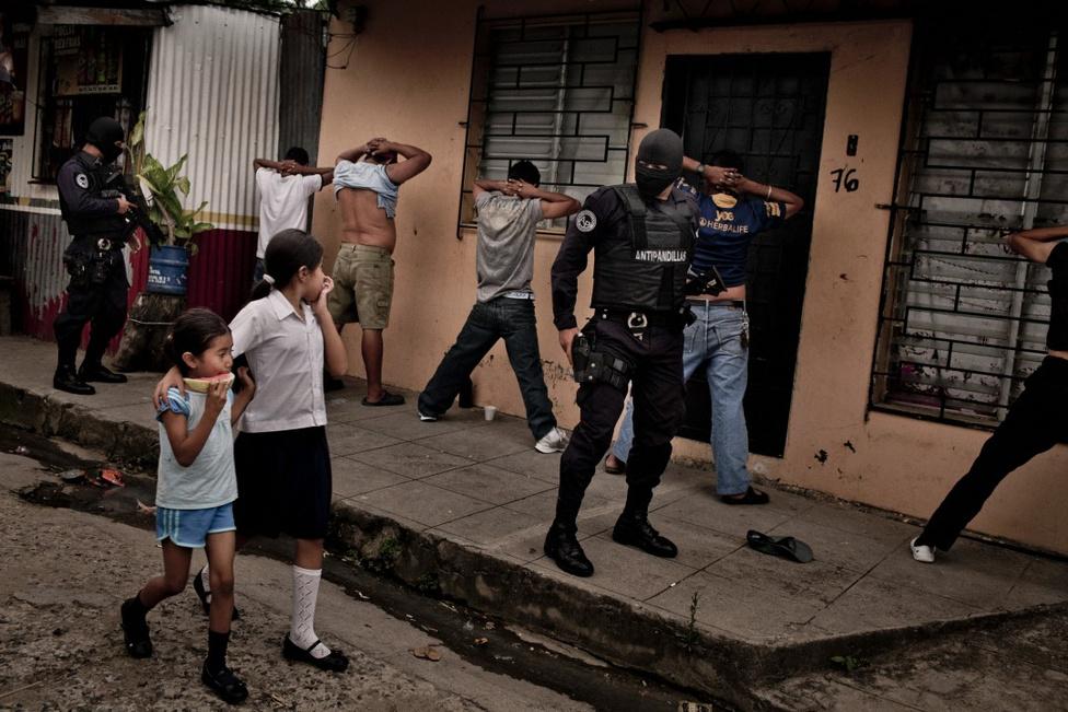 Mindennapok, sorozat - Harmadik hely                         Átszövi a mindennapokat az El Salvadort uraló két rivális bűnszervezet közötti bandaháború.