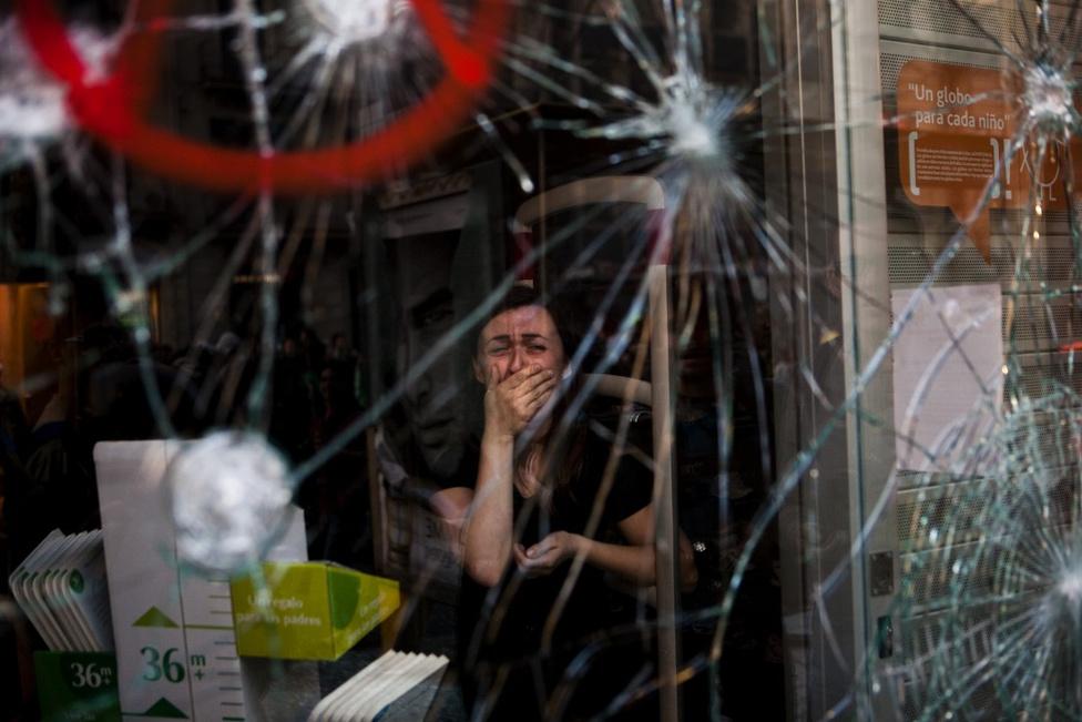 Korunk kihívásai - Harmadik hely A spanyol válság nyomai egy bolt kirakatán.