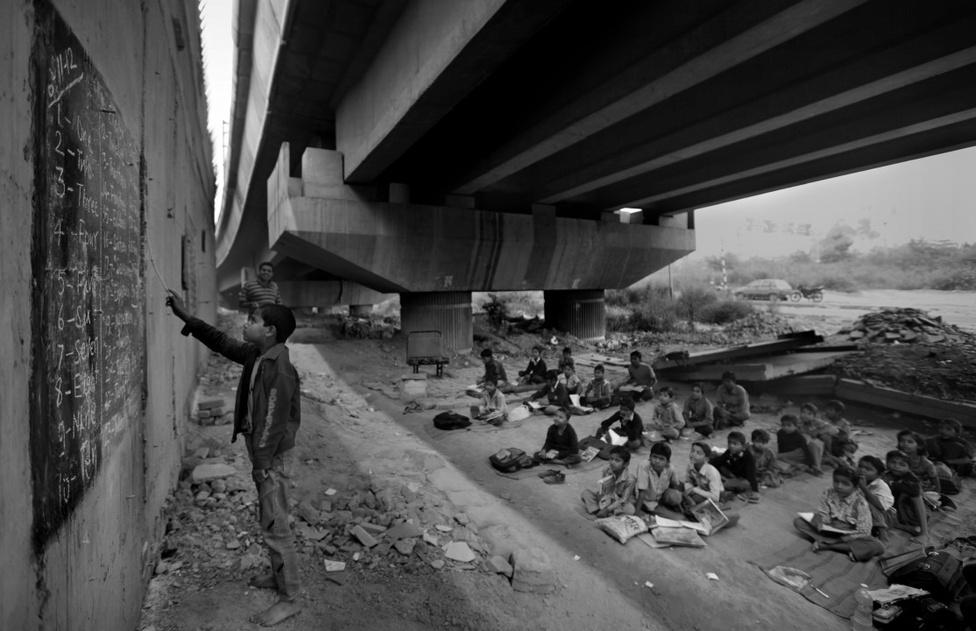 Korunk kihívásai, sorozat - Iskola a híd alatt a legszegényebbeknek, Új Delhiben.
