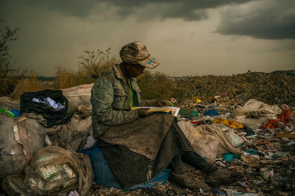 Korunk problémái - Első hely Egy szemétszedő nő pihenőt tart munka közben Nairobiban. A szeméttelep közvetlenül egy egymilliós lakosú nyomornegyed mellett                          fekszik Kenyában, a helyiek többsége a telepen talált holmikból él.