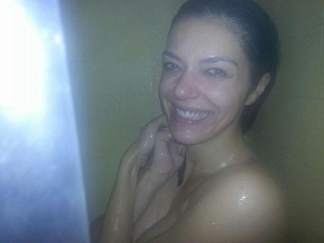 Adrianne Curry mosolyogva fürdik.