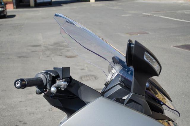 Úgy remegnek a tükrök, mint egy kiforgatott Harley Sportsteren, csak ezen nem a motor vibrációjától, hanem a menetszéltől