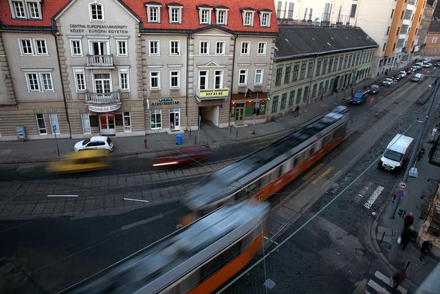 17-es villamosok közlekednek a Frankel Leó úton