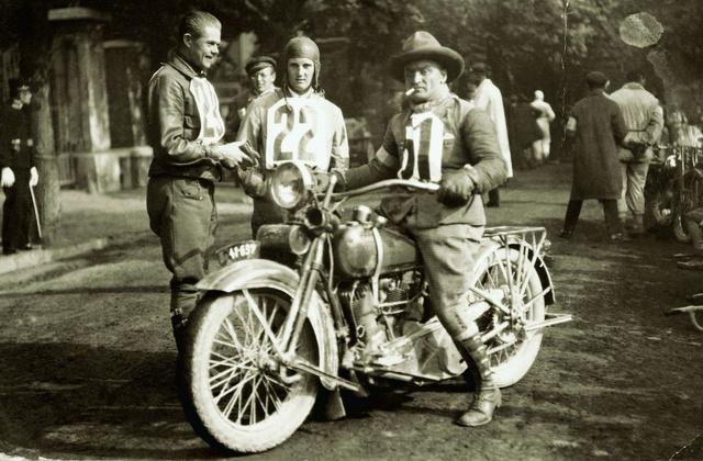 A VII. Sváb-hegyi verseny győzteseként, 1926. szeptember 26-án 1200-as Harley-val az AJS-szel versenyző                          Máté Lajos (23) és Schmidt Béla (22) társaságában (Fotó: Szentkúti gyűjtemény)