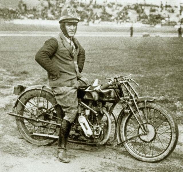 Az 500-as Majláth-Triumph nyergében azolasz Giovanni Cocchival vívott meghívásos motorverseny után azUTE stadionban 1926 nyarán (Fotó: AMS)
