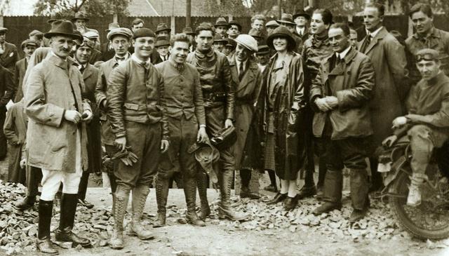 Az 1925-ös versenyévad kezdetén, híres motorversenyzők között. Első sor balról jobbra: Zajácz József, Gaál Andor, Lukavecz Ferenc, Horthy István, Kaszala Károly (Fotó: Collection Burányi)