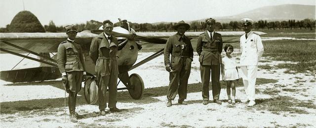 Az MSrE Lampich – gróf Thorotzkay L2-es kisrepülőgépe a littorói repülőtéren. Kaszala Károly cowboykalapban, balra testvére, Kaszala István, jobbra a repülőtér parancsnoka, Della Martina 1928. június 15-én (Fotó: Collection Burányi)