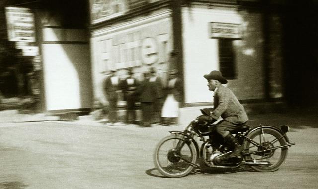 1926-ban a VII. Sváb-hegyi verseny edzésén cowboykalapban a Majláth-Triumph-on. Atankon griffmadaras MAC sisakja. Azedzésen bukott és a motorját javíthatatlanul összetörte (Fotó: Collection Burányi)