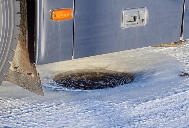 A járó motorral várakozó buszok felolvasztják a jeget
