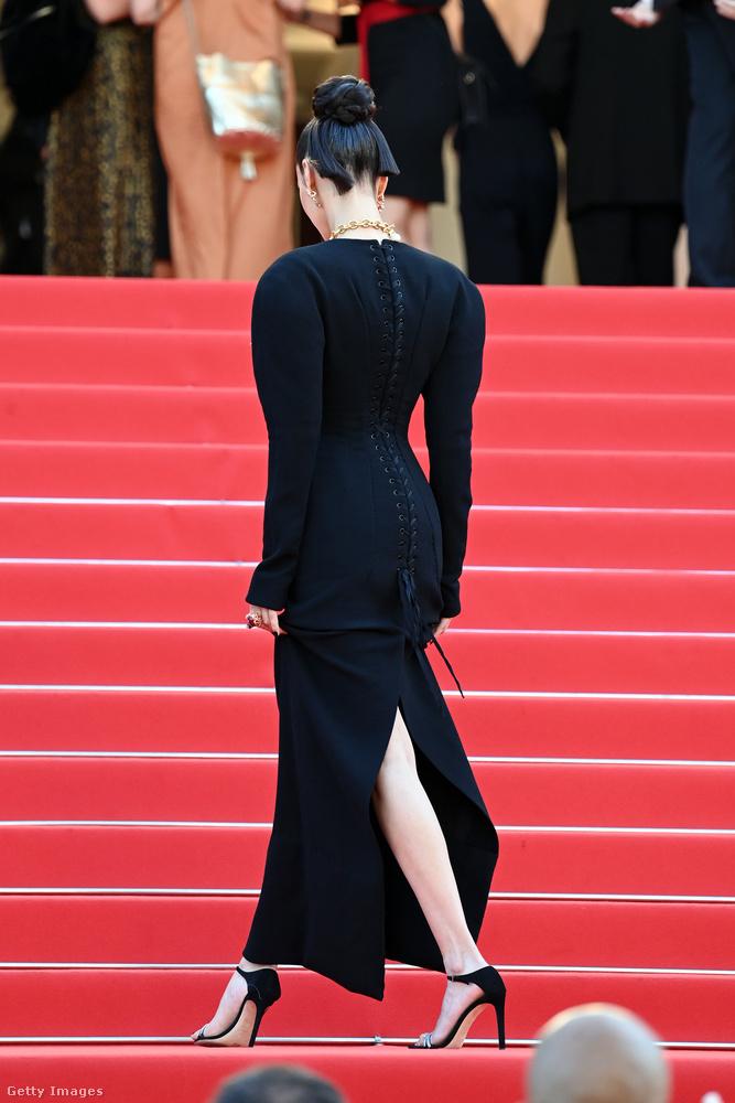 Hanem erről a fekete Schiaparelli-tervezésű darabról, amelyet a Tre Piani című film bemutatójára vett fel