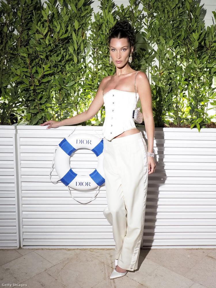 A hétvégén is zajlottak események Cannes-ban a filmfesztivál miatt, ezek egyikén Bella Hadid olyan öltözetben vett részt, amelyet egy darabig biztosan nem fogunk elfelejteni.Nem erről van szó, ez egy szombat (július 10.) esti Dior-bulin volt rajta.