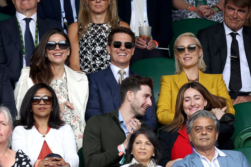 A testbeszéd sokatmondó itt: Tom Cruise és Hayley Atwell egymáshoz simultak itt éppen, míg Pom Klementieff és a színész között kiszúrható a távolság.