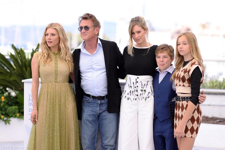 A Flag Dayben Sean Penn egy karizmatikus, ám bűnöző apát alakít, Dylan Penn (a lánya) pedig a lányát - a Deadline szerint fantasztikusan