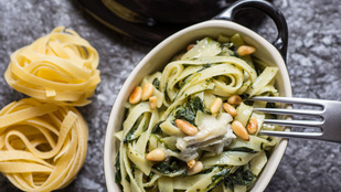 Kéksajtos tészta dióval és csirkével – friss zöldalma-kockákkal a tetején a legfinomabb