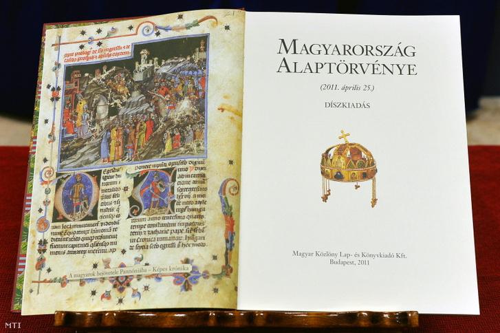 Magyarország alaptörvénye sorszámozott díszkiadásának 300. példánya a Kortárs festők a magyar történelemről című kiállításon 2012. január 3-án