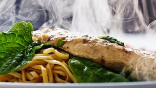 Cheddar-ral és pestóval töltött csirkemell – nyáron grillezett barackkal és rukkolával érdemes tálalnod