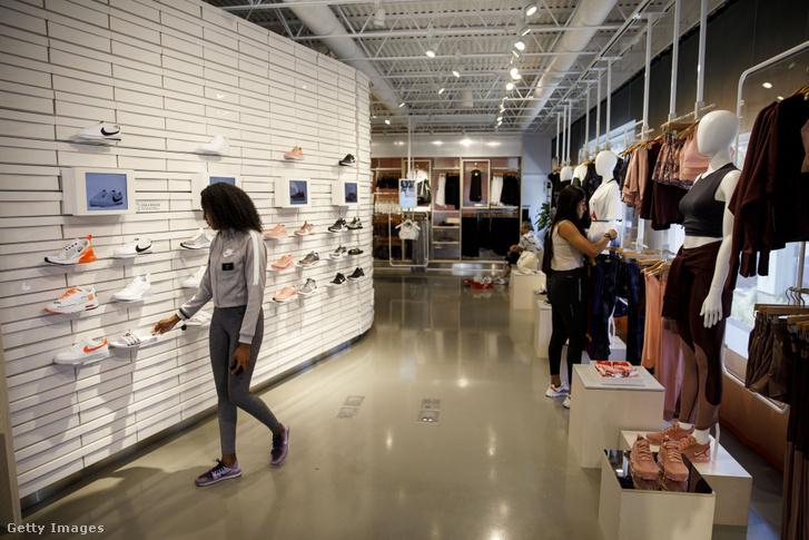 Vásárlók egy Nyugat-hollywoodi Nike üzletben