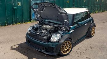 Őrületes menőség a hátsókerekes, V8-as MINI