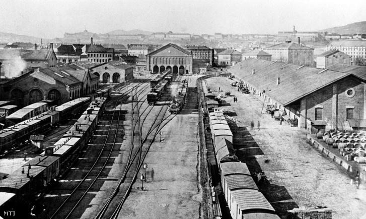 Pest első vasútállomása az Indóház. A későbbi Nyugati pályaudvar helyén álló épületet 1875-ben bontották le