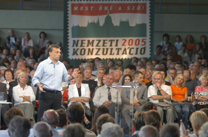 Orbán Viktor a Fidesz  Magyar Polgári Szövetség elnöke beszél a nemzeti konzultáció szombathelyi állomásán a Sugár úti Sportcsarnokban 2005. július 2-án