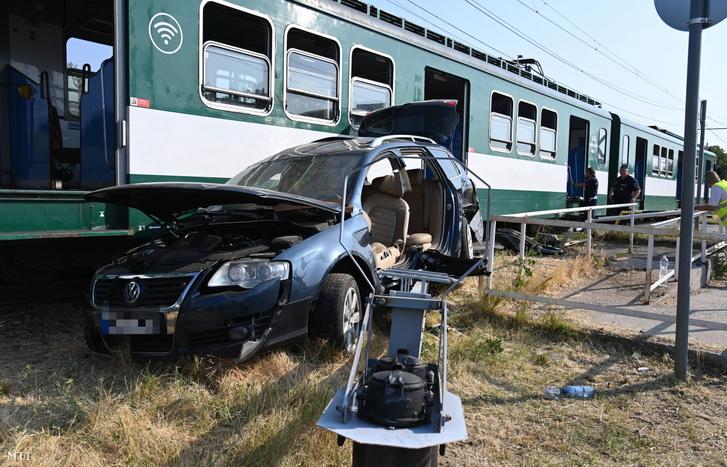 A HÉV-vel történt ütközésben összetört autó Csömörön a Major utcában 2021. július 12-én
