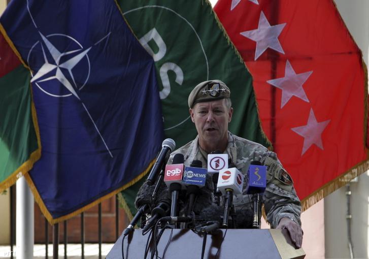 Austin Scott Miller, az Afganisztánban állomásozó amerikai csapatok parancsnoka beszédet mond, miután átadta a parancsnokságot az amerikai hadsereg Középső Parancsnokságát (Centcom) vezető Frank McKenzie tábornoknak (a képen nem látható) az Eltökélt Támogatás (Resolute Support - RS) nevű, NATO-vezetésű művelet kabuli székhelyén 2021. július 12-én.