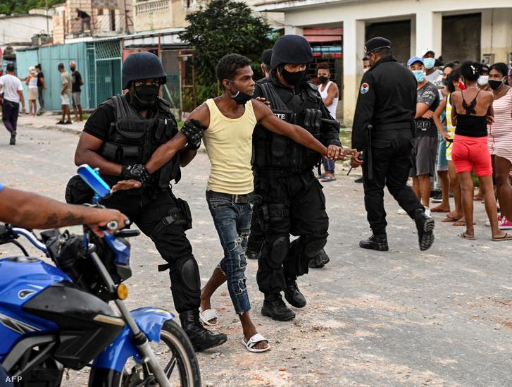 Letartóztatnak egy férfit a kubai Havannában a kormányellenes tüntetések alatt 2021 július 13-án