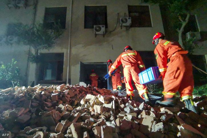 Mentés az összeomlott szállodánál a kínai Szucsouban, 2021 július 12-én