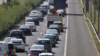 Telítődnek az utak, rossz hírünk van a Budapest felé autózóknak