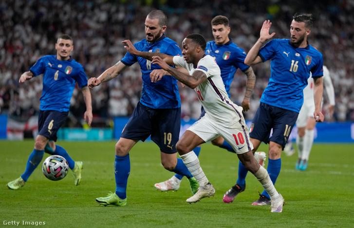 Leonardo Bonucci (olasz) Raheem Sterlinggel (angol) csatázik a labdabirtoklásért az Európa-bajnokság döntőjében