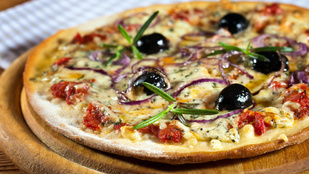 Kéksajtos pizza mozzarellával és sült fokhagymával – friss rukkolával a tetején tálald